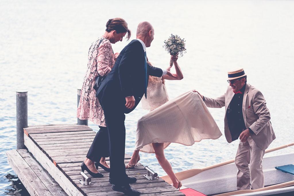 Hochzeitsfotograf in Berlin Brandenburg am Wasser - Braut wird empfangen Vater hält Schleppe