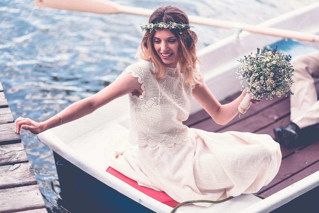 Hochzeitsfotograf in Berlin Brandenburg am Wasser - Braut im Boot mit Kleid und Strauß