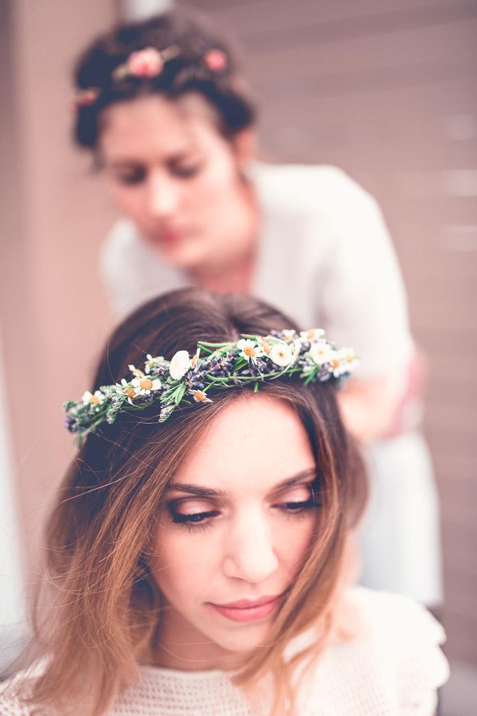 Hochzeitsfotograf in Berlin - Brautstyling Haare und Blumenkranz hübsche Braut Balkon Hotelzimmer Johanna Vollmer