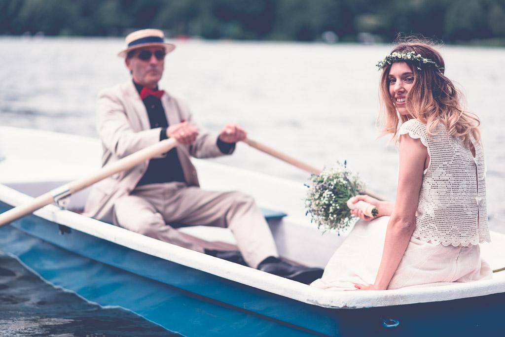 Hochzeitslocation am Wasser in Berlin & Brandenburg - Braut im blauen Boot mit Vater und Brautstrauss