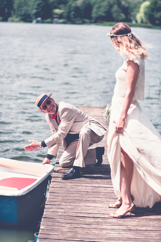 Hochzeitsfotograf in Berlin & Brandenburg - Vater begleitet Braut im blauen Boot