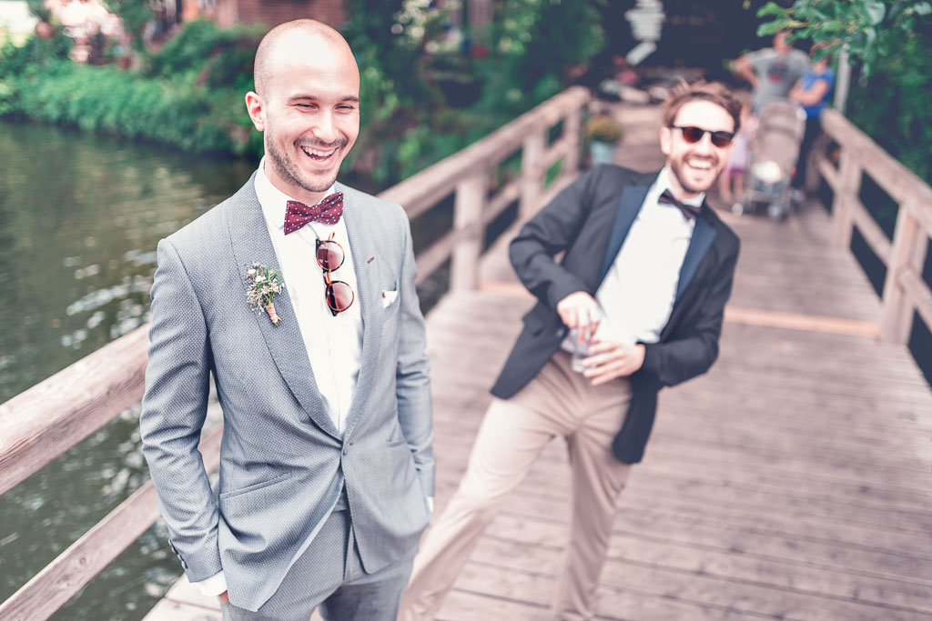 Hochzeitsfotograf in Berlin & Brandenburg - Bräutigam wartet lachend auf Braut am Steg