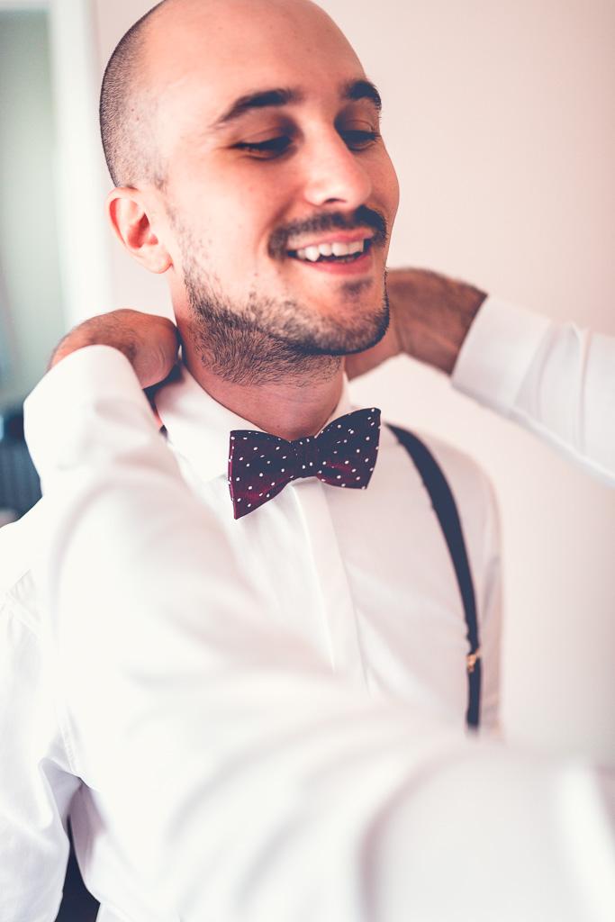 Berlin Hochzeitsfotograf Bräutigam weißes Hemd mit Kragen