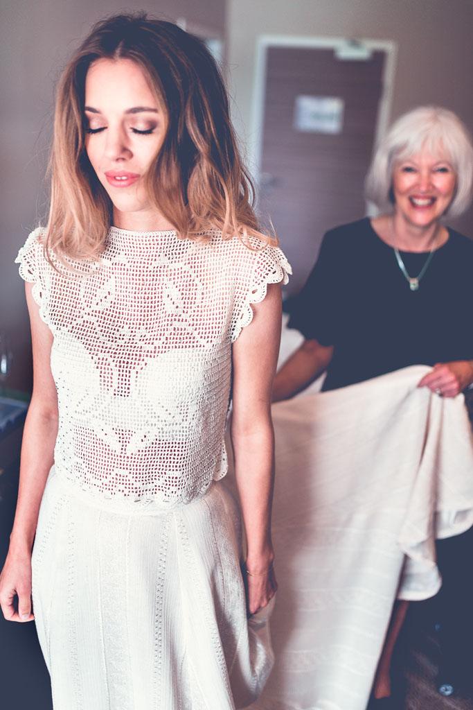 Hochzeitsfotograf Berlin Mutter hilft Braut mit Schleppe