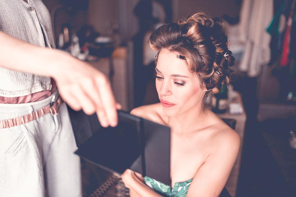 Berlin Hochzeitsfotograf Braut schaut sich selber im Spiegel an mit Lippenstift