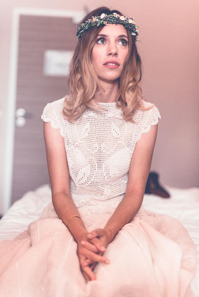 Hochzeitsfotograf in Berlin - Braut im Hotelzimmer wartet auf dem Bett ist nervös