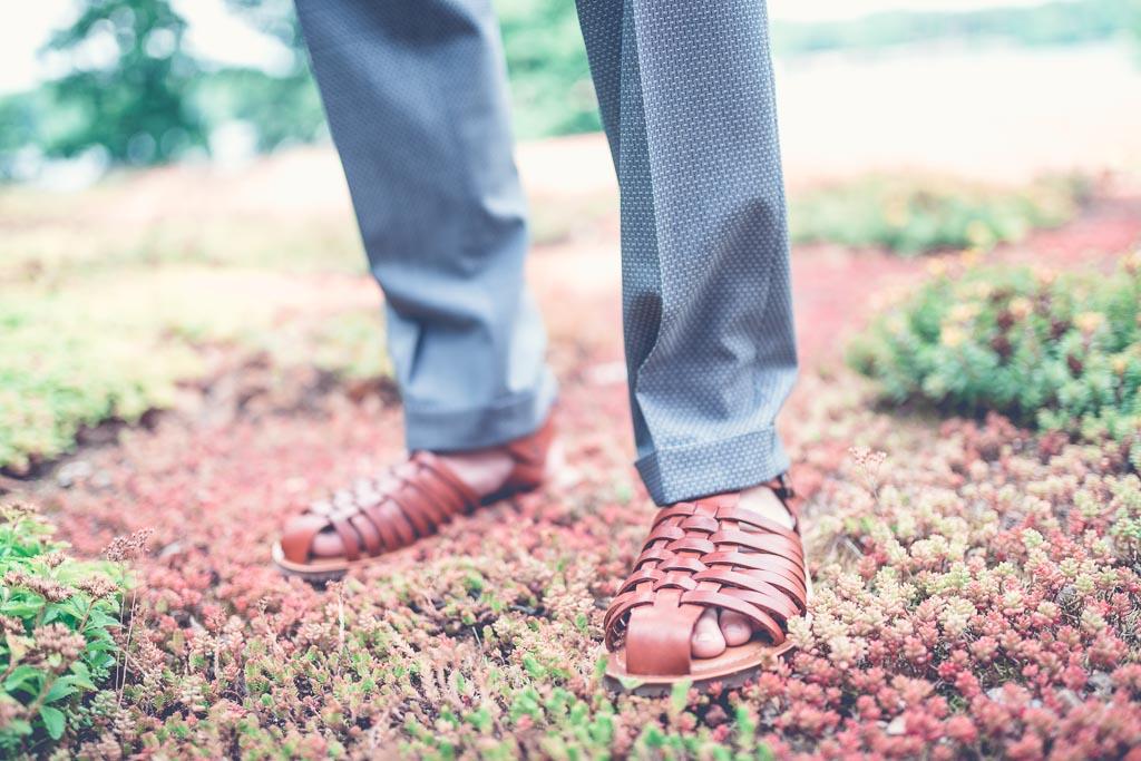 Berlin Hochzeitsfotograf Bräutigam trägt Leder Sandalen im Sommer