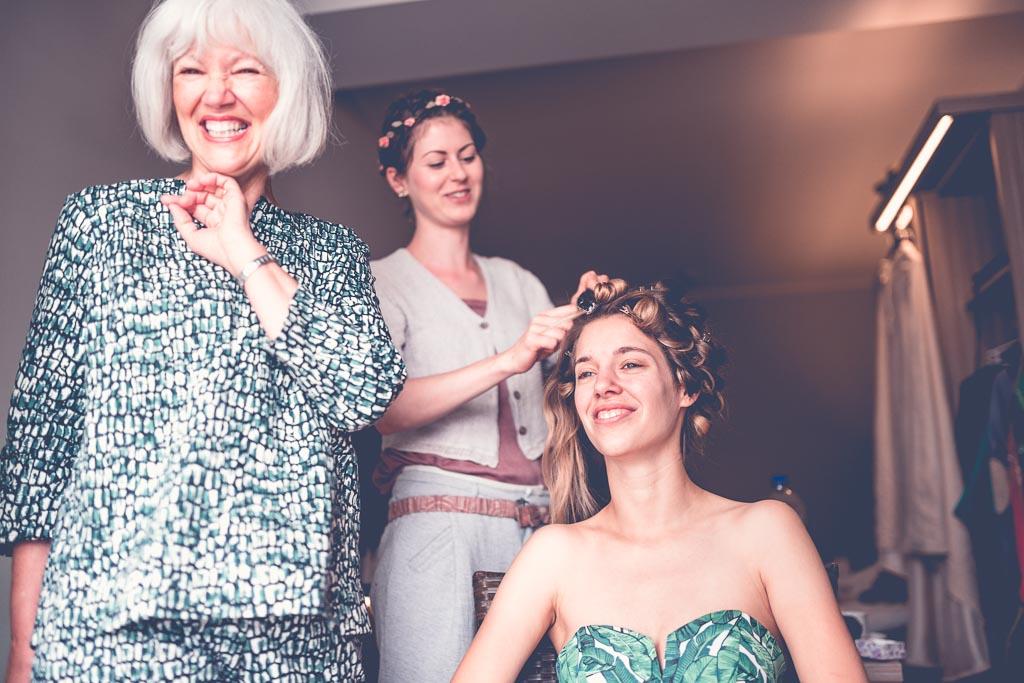 Berlin Hochzeitsfotos Haarstyling mit Hanna und ihrer Mutter