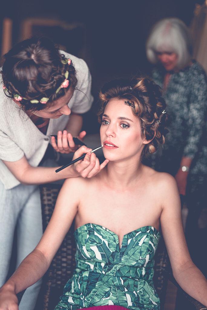 Berlin Hochzeitsfotograf Schminke Lippenstift wird bei Hanna aufgetragen
