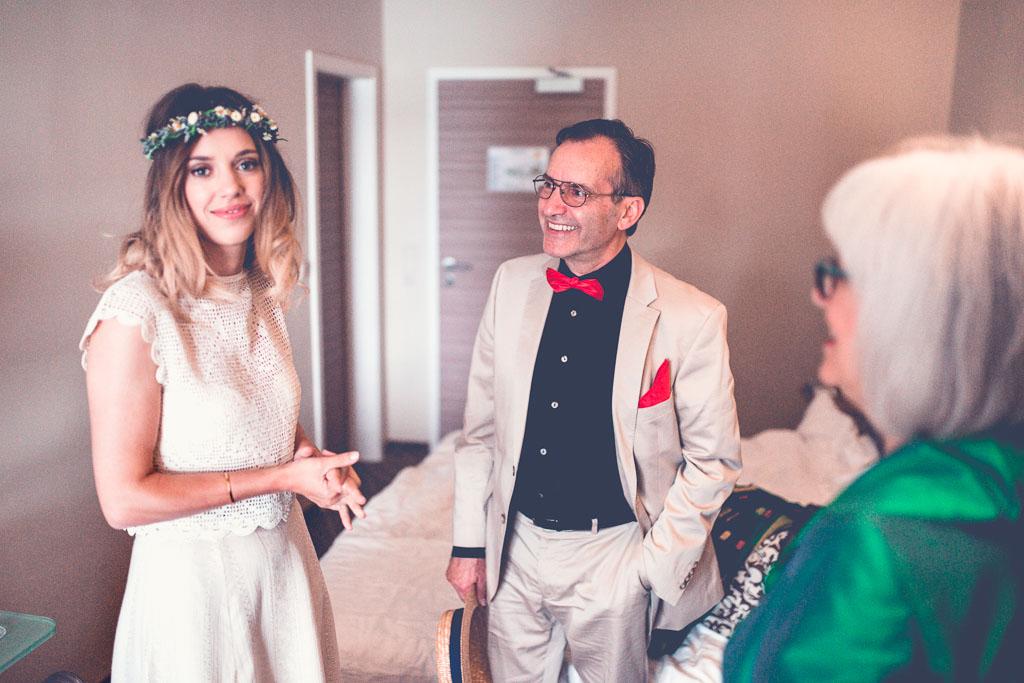 Hochzeitsfotograf in Berlin - Braut mit Eltern im Hotelzimmer wartet