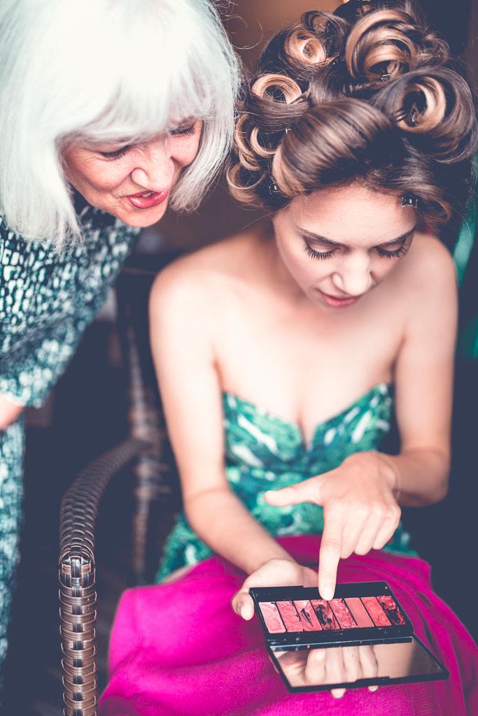 Berlin Hochzeitsfotos Styling mit Mutter Hanna sucht sich roten Lippenstift aus