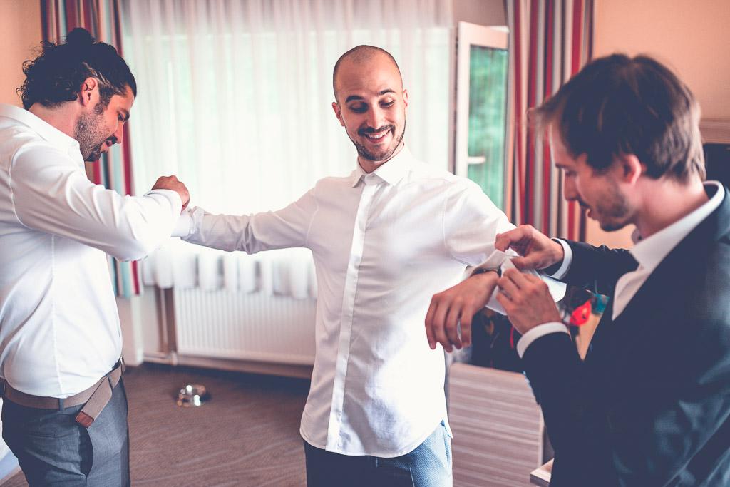 Berlin Hochzeitsfotograf Hilfe bei Manschettenknöpfen