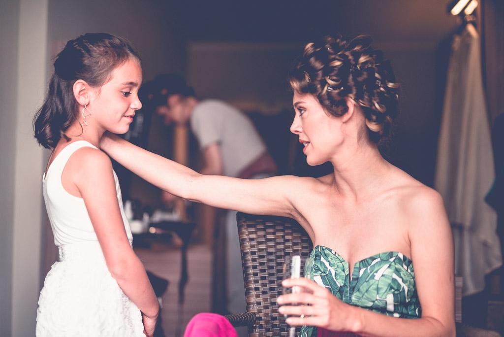 Berlin Hochzeitsfotograf Braut bekommt komplimente von Mädchen