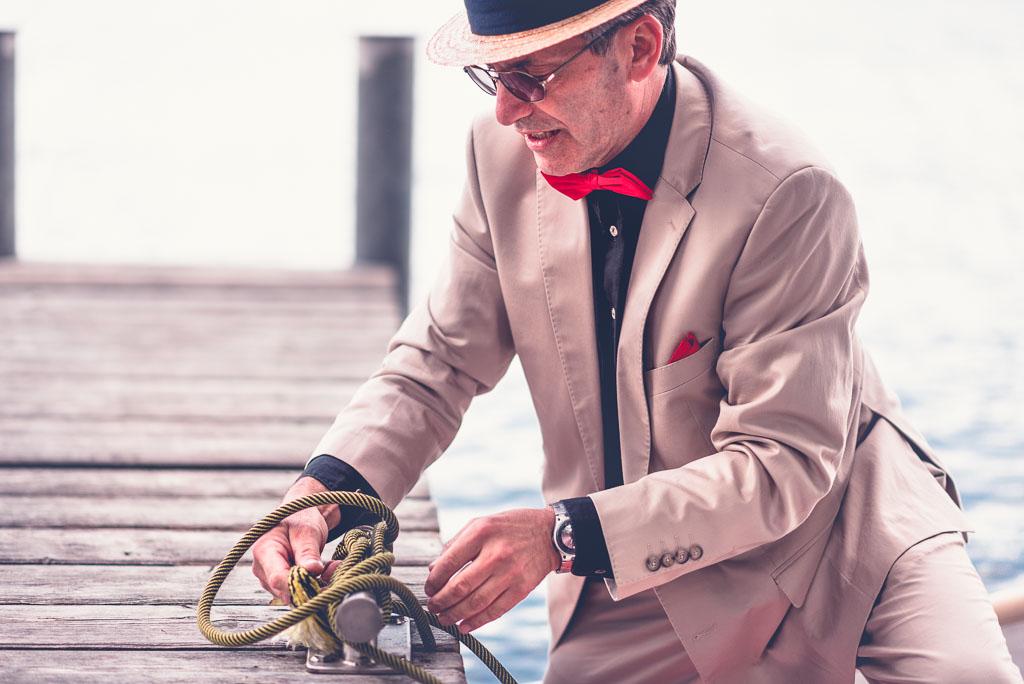 Hochzeitsfotograf in Berlin Brandenburg - Vater der Braut macht Boot fest am Steg