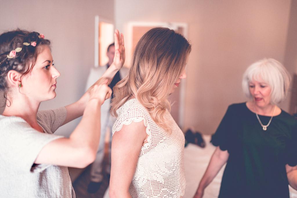 Hochzeitsfotograf in Berlin - Brautsstyling mit Mutter im Hotelzimmer