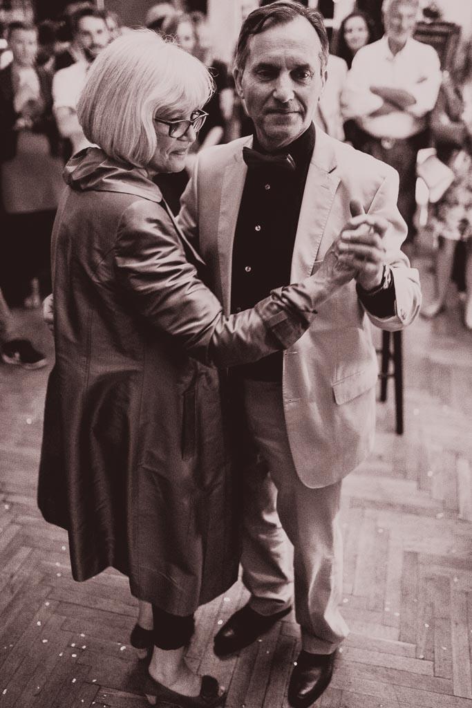 Hochzeitsfotograf in Berlin und Brandenburg - Eltern auf der Tanzfläche tanzen walzer - Schwarz Weiß Foto