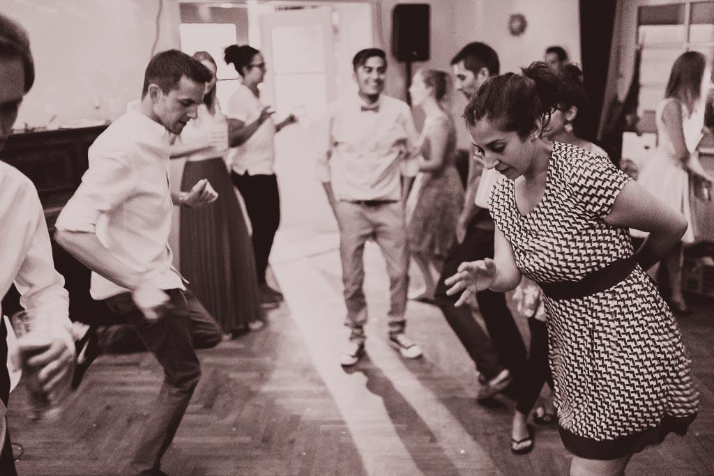 Hochzeitsfotograf in Berlin und Brandenburg - Gäste tanzen in den Morgenstunden