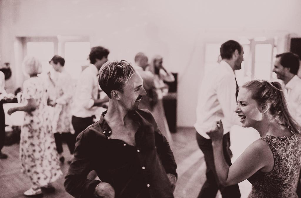 Hochzeitsfotograf in Berlin und Brandenburg - Gäste tanzen ausgelassen