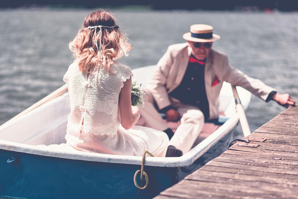 Hochzeitsfotograf in Berlin & Brandenburg - Braut mit Vater Steg Boot legt ab