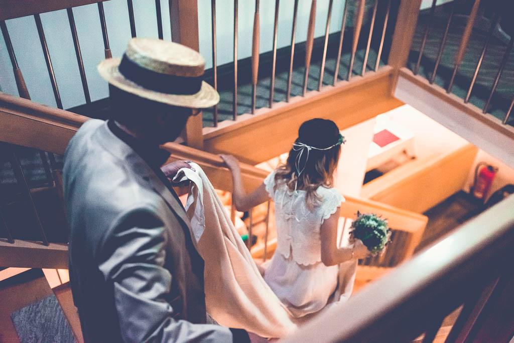 Hochzeitsfotograf in Berlin & Brandenburg - Braut im Hotel Vater hält Schleppe auf Treppe