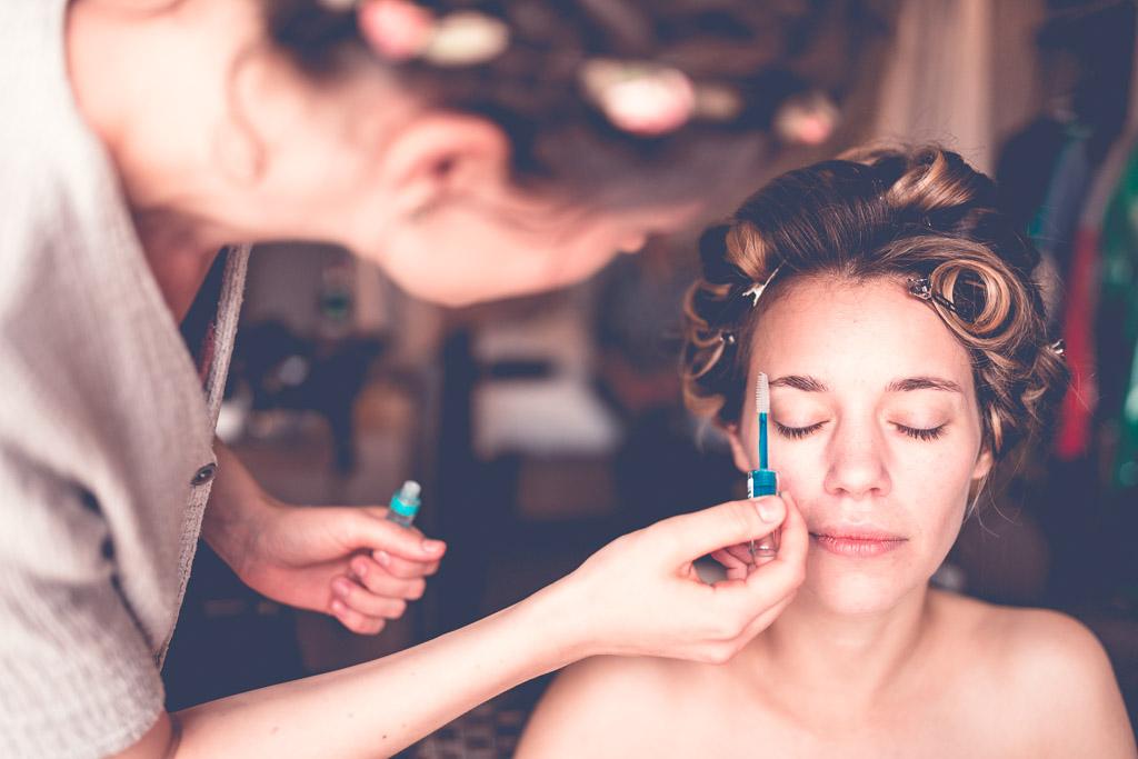 Berlin Hochzeitsfotograf Augenbrauen der Braut werden geschminkt
