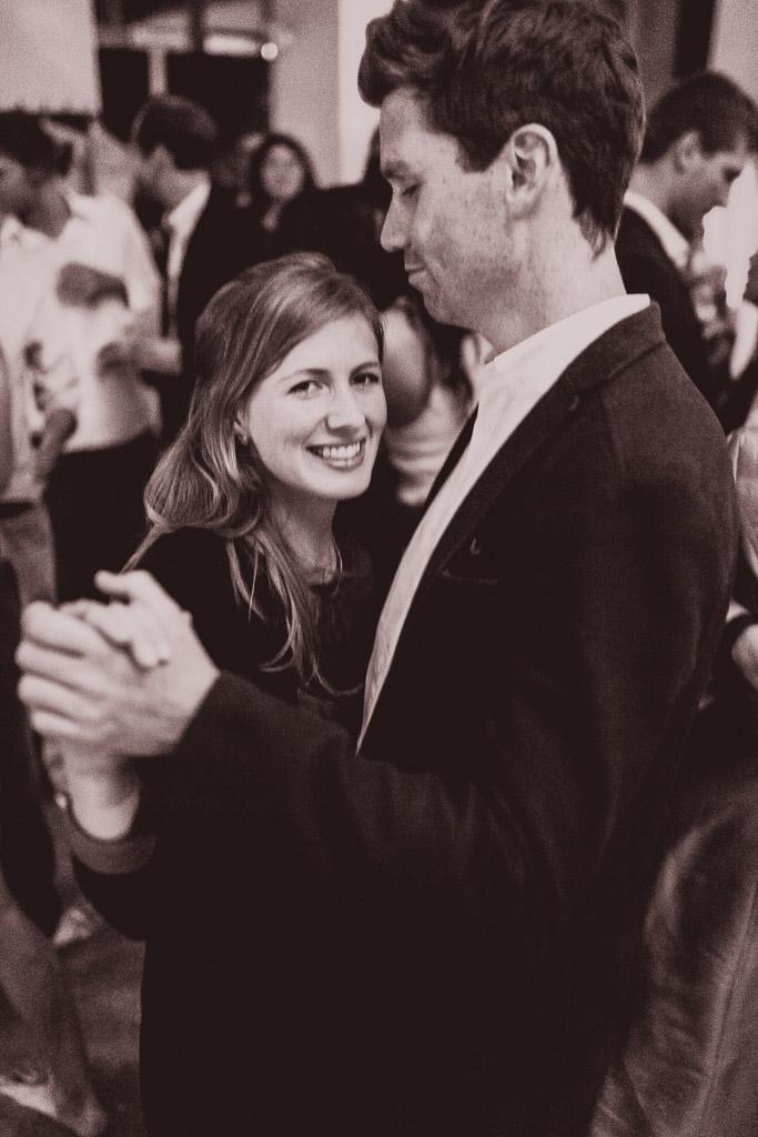 Hochzeitsfotograf in Berlin und Brandenburg - Paare verliebt auf der Tanzfläche - Schwarz Weiß Foto