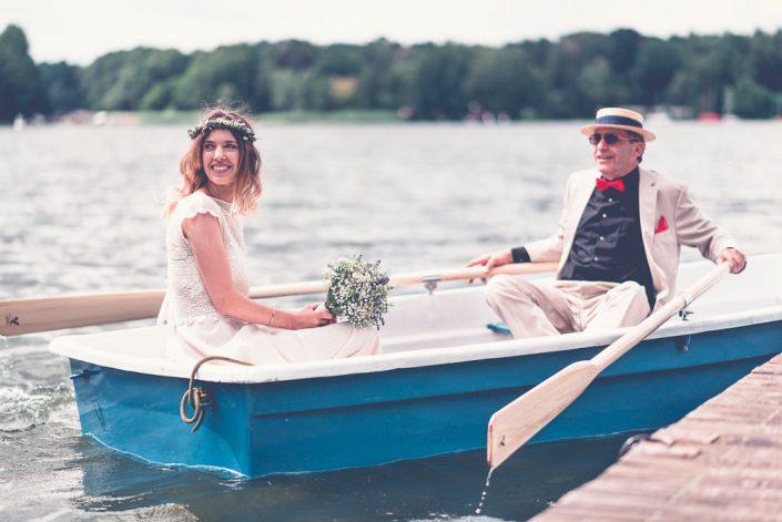 Hochzeitslocation am Wasser in Berlin & Brandenburg - Braut im blauen Boot mit Vater der rudert