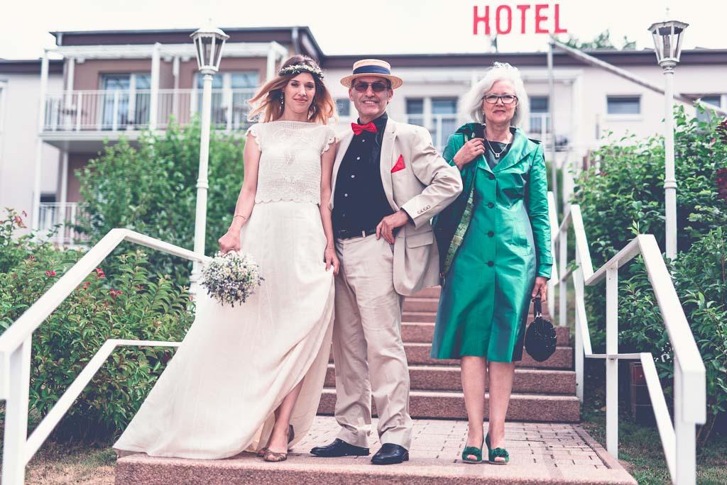 Hochzeitsfotograf in Berlin & Brandenburg - Braut Portrait mit Eltern vorm Hotel Vintage Style